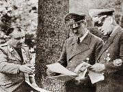 ბორმანი (მარცხნივ), ჰიტლერი და რიბენტროპი