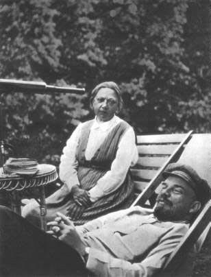 ავადმყოფი ლენინი და მისი მეუღლე ნადეჯდა კრუპსკაია
