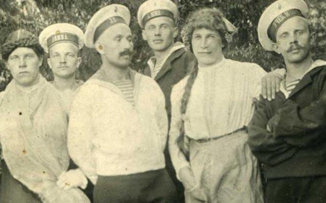 რუსი მატროსები ქალის კაბაში გამოწყობილ ახალგაზრდებთან