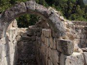 ხინოწმინდის ეკლესიის ნანგრევებში. მდებარეობს ქობულეთიდან 45 კმ-ის მოშორებით.დაინგრა XVlll საუკუნეში, ოსმალების შემოსევის შედეგად