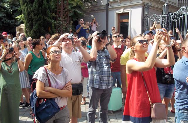 ... და ტურისტების ლეგიონი სმარტფონებს, ფოტო და ტელეკამერებს კოშკის სარკმელს დაუმიზნებს