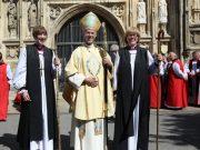 გლოსტერის ეპისკოპოსი რეიჩელ ტრევიკი (მარცხნივ) და კენტენბერიის არქიეპისკოპოსი (შუაში)