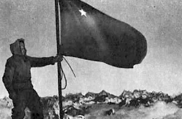 საბჭოთა დროშა იალბუზის მწვერვალზე