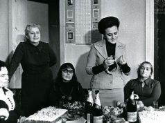 """ჟურნალ """"საქართველოს ქალის"""" რედაქციაში _ ნათელა ვასაძე (ცენტრში), ჟურნალის რედაქტორი მარიკა ბარათაშვილი ( მარცხნიდან პირველი), და აკადემიკოსი მარიამ ლორთქიფანიძე (მარჯვნიდან პირველი)."""