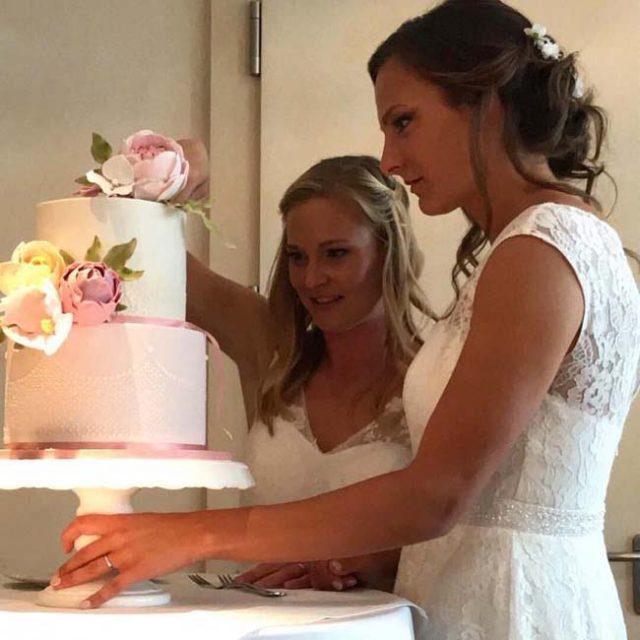 """""""ბავარიის"""" ორი ფეხბურთელი გოგონა დაქორწინდა"""