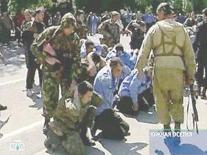 დაჩოქილი ქართველი ჯარისკაცების ფოტომ მსოფლიო მოიარა. 2004 წ.