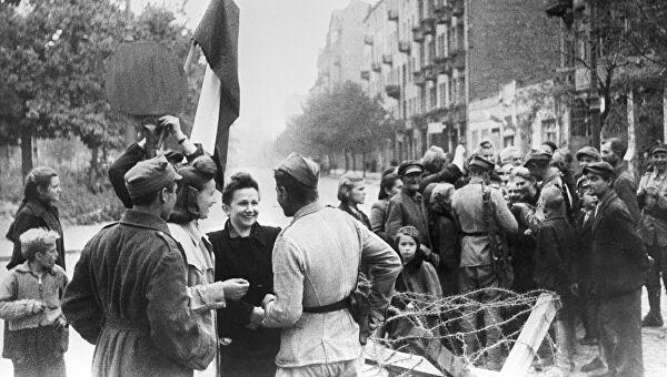 საბჭოთა არმიის ნაწილები ფაშისტებისგან გათავისუფლებულ ვარშავაში