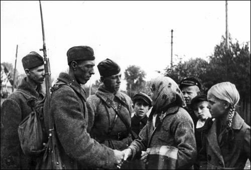 პოლონელი გლეხები ხვდებიან საბჭოთა ჯარისკაცებს