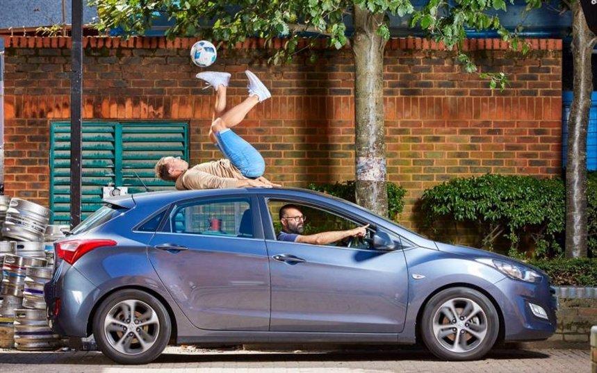 ფეხბურთის ბურთით ყველაზე დიდი ხნით ჟონგლირება მიმავალი ავტომობილის სახურავზე
