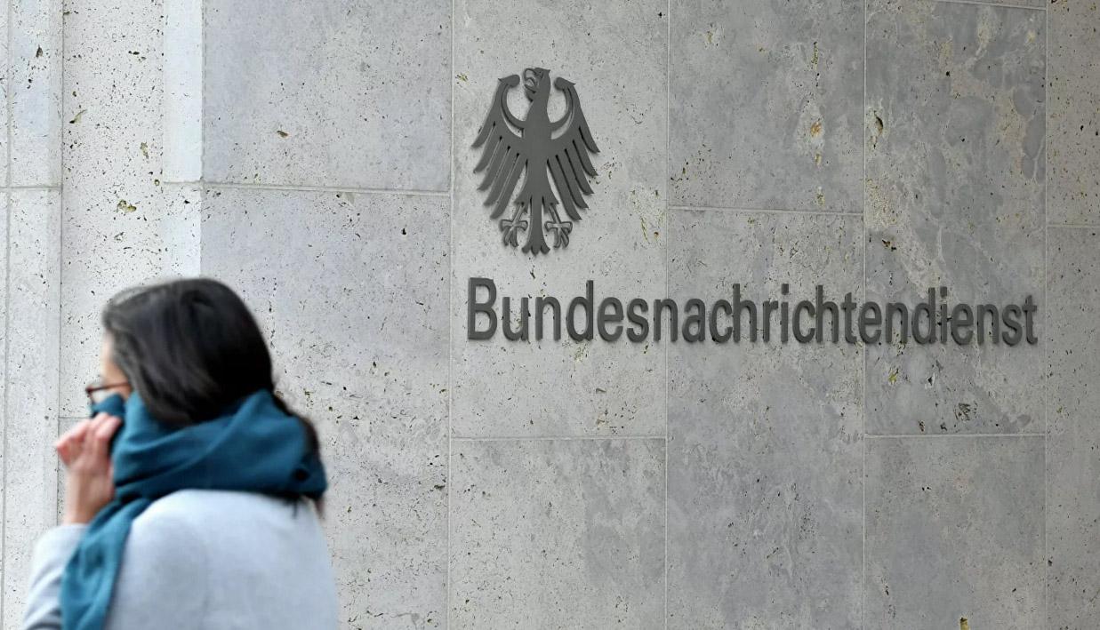 ქალი გერმანიის ფედერალური სადაზვერვო სამსახურის შენობის შესასვლელთან