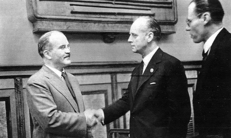 მოლოტოვი და რიბენტროპი 1939 წელს თავდაუსხმელობის პაქტზე  ხელმოწერის შემდეგ