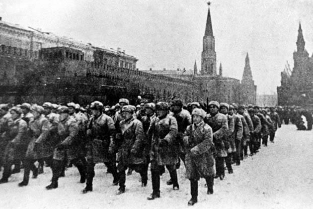 სამხედრო აღლუმი 1942 წლის 7 ნომებერს მოსკოვში, წითელ მოედანზე