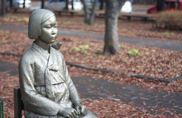 მშვიდობის ქანდაკება იაპონიის საელჩოს წინ სეულში