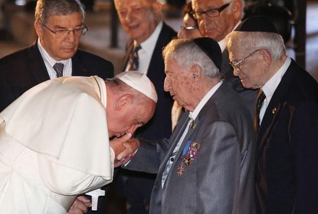 რომის პაპი ხელზე კოცნის დევიდ როკფელერს. იქვე დგანან ჰენრი კისინჯერი და ჯონ როტშილდი