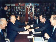 ედუარდ შევარდნაძე, მიხეილ გობაჩოვი, ალექსანდრე იაკოვლევი ( მარცხნივ) და ბეიკერი და ჯორჯ ბუში უფროსი (მარჯვნივ)