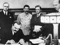მოლოტოვი ხელს აწერს გერმანია-სსრკ-ის შეთანხმებას თავდაუსხმელობის შესახებ. იოახიმ ფონ რიბენტოპი, იოსებ სტალინი, ნ. პავლოვი და ფ. გაუსი. 1939 წლის 23 აგვსიტო