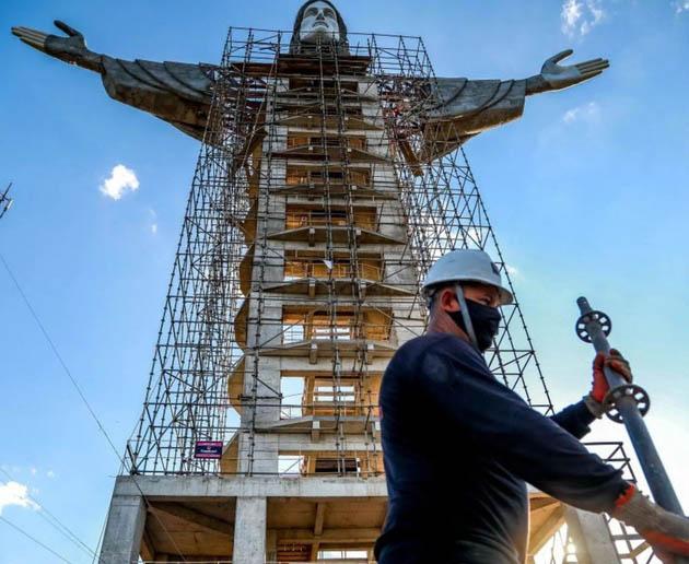 ბრაზილიაში ქრისტეს ახალ და უფრო დიდ ქანდაკებას აკეთებენ (ფოტოები)
