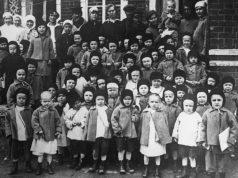 Председатель ВЦИК Михаил Калинин (пятый справа в верхнем ряду) среди детей Корюшинского детского дома во время поездки по Татарской АССР в 1920 году (из фондов Центрального государственного архива кинофотофонодокументов СССР)