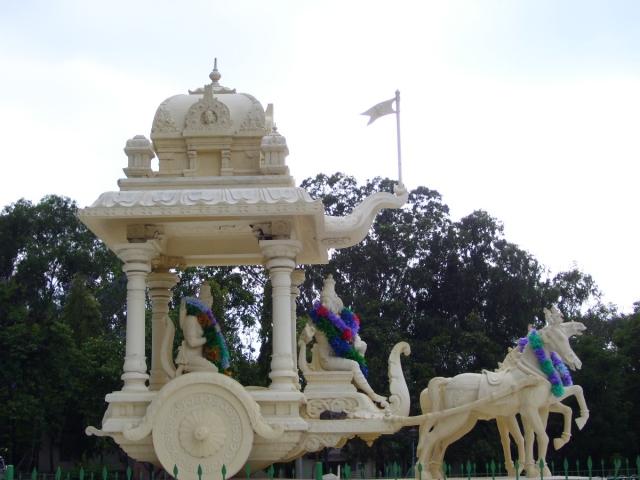 Статуя в Тирумале, изображающая беседу Кришны и Арджуны  Raji.srinivas
