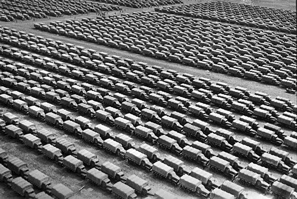 """Десантная баржа с американскими легкими танками МЗ """"Стюарт"""" направляется в район высадки морского десанта Станичка — Южная Озерейка"""