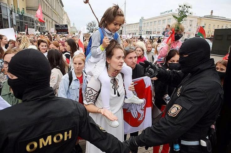 Женщина пытается пройти за оцепление в центре Минска, август 2020 года