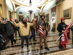 сторонники президента Дональда Трампа противостоят офицерам полиции Капитолия США у здания Сенатской палаты внутри Капитолия в Вашингтоне.